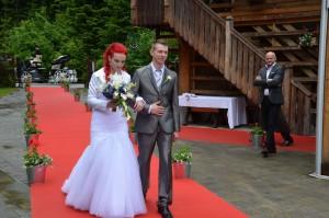 Za Romanin izgled so poskrbeli v poročnem salonu White Couture, frizerskem salonu Shine in pri vizažistki Maji Ašič.