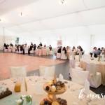 Poročna zabava je potekala v Lisjakovem logu. Foto: KMarcella Photography