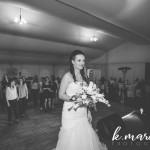Nevesta je z metom šopka poskrbela, da smo izvedeli, katero dekle je naslednje v vrsti za poroko. Foto: KMarcella Photography