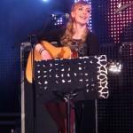 Pevka in kitaristka skupine Joker, Marijana Kotnik.