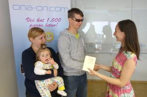 Vodja spoznavnih dogodkov Urška Knez je Anji & Roki izročila darilni bon za Zlatarnico.