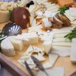 Gostje so se okrepčali s izborom sirov Hiše Lisjak. Foto: Jean Kanoyev Photography