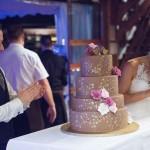 Štirinadstropna poročna torta iz Sladkih umetnine je navdušila mladoporočenca. Foto: Jean Kanoyev Photography