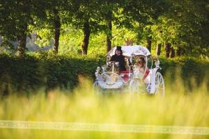 Nevesta se je na romantično lokacijo pripeljala v pravljični kočiji, ki jo je upravljal grof Štatenberški.
