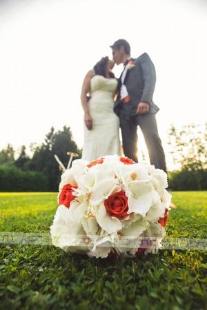 Za cvetje v oranžno beli kombinaciji so poskrbeli v Vrtnem centru Gašperlin.