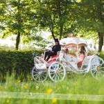 Nevesta se je pripeljala v pravljični kočiji Štatenberškega grofa in grofice. Foto: Max Verderber