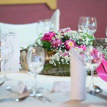 Poročni šopek na okrašeni mizi